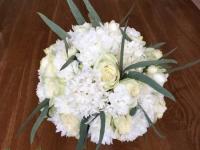 Balts pavasara līgavas pušķis - rozes, hiacintes, smalki balti ziedi, zaļumi