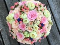 Rozā ogu un ziedu grezns līgavas pušķis