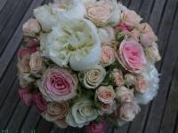 Klasisks līgavas pušķis - baltas peonijas, maigi rozā un krēmkrāsas rozes