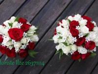 Līgavas pušķis un viltus līgavas pušķis mešanai no baltām un sarkanām rozēm