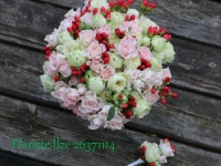 Līgavas pušķis no rozēm un ogām