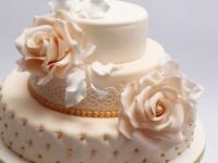 Vieglas persiku krāsas torte ar stepētām sānu malām , pērlītēm, cukura rozēm