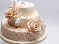 Divstāvu persiku krāsas kāzu torte