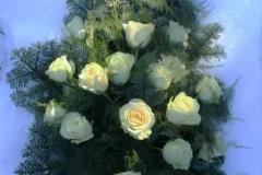 Sēru pušķis ar baltām rozēm