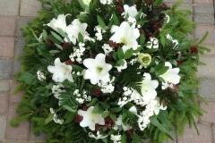 Sēru vainags ar baltām lilijām