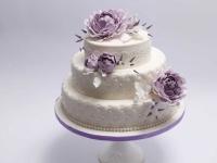 Stepēta kāzu torte ar violetām peonijām