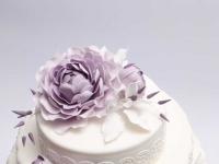 Lillā peonija uz kāzu tortes