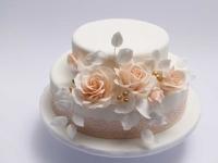 Kāzu torte ar persiku krāsas ziediem