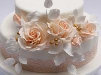 Kāzu torte ar vārīto krēmu un cukura dekoriem