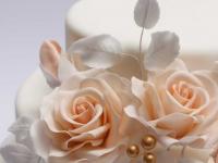 Cukura rozēm cukura lapiņas un rožu pumpuriņi