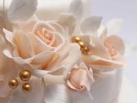 Cukura dekori uz kāzu tortes