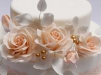 Cukura rozes uz kāzu tortes