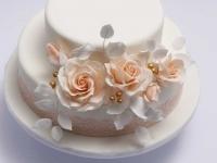 Kāzu torte pārklāta ar cukura masu dekorēta ar cukura ziediem