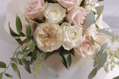 Dekorā dažādu krāsu rozes. Tortes piegādājam. Īrējam paliktņus kāzu tortēm.