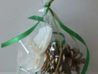 Egļu rotājums - zelta čiekuri, orhidejas
