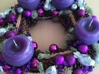 Violeti toņi Adventes vainagā - lillā, sudrabs