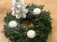 Dabīgi zaļš Adventes vainags ar egli, sniegu un baltām svecēm