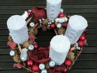 Krāšņs Adventes vainags bordo un sudraba krāsā ar adītām svecēm