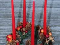 Klasisks Adventes vainags - zaļš, sarkans, skujas, čiekuri, kastaņi, zīles, āboli