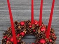 Grezns un klasisks Adventes vainags sarkanā krāsā, 40cm.