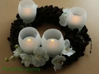 Grezns, klasisks un ugunsdrošs Adventes vainags baltā krāsā ar nopūšamām LED svecēm, 35cm.