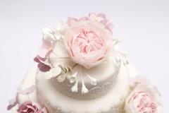 Kāzu torte ar biezpiena krēmu pārklāta ar cukura masu, cukura ziedi