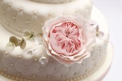 Kāzu torte ar stepētām sānu malām un pērlēm, cukura rozes