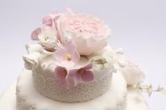 Dažādi cukura ziedi uz kāzu tortes