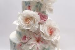 Cukura rozes uz kāzu tortes. Šokolādes kāzu torte ar ķiršiem un rumu. Kāzu torte ar piegādi.