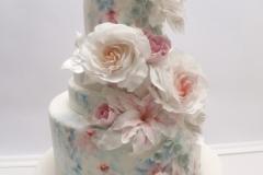 Šokolādes kāzu torte ar cukura ziediem. Akvareļu zīmējums uz kāzu tortes.