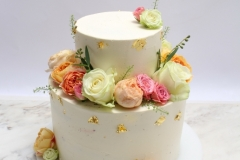 Vaniļas krēma kūka ar svaigām ogām 4 kārtas maiga sviesta biskvīta, skābens brūkleņu biezenis. Pildījums- saputots vaniļas vārītais krēms ar citrona miziņu un veselām avenēm. Kāzu kūkas klasika.