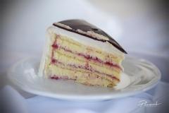 Biskvīta torte ar vārīto krēmu un brūklenēm