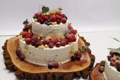 Biskvīta kāzu torte ar vārīto krēmu un zemenēm. Torte ar ogām.