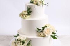 Kāzu torte ar sviesta krēma pārklājumu, rožu dekoru