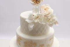 Kāzu torte ar stepētu augšējo stāvu un pērlītēm