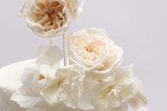 Kāzu tortei krēmkrāsas cukura angļu rožu dekors