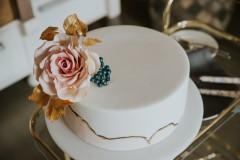Kāzu torte ar zeltu un cukura ziediem. Cukura rozes. Tortes ar piegādi. Divkrāsains cukura masas pārklājums.