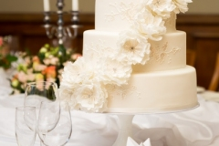 Grezna kāzu kūka ar cukura ziediem un dimantiem. Torte ar zīmējumu. Šokolādes kāzu torte.
