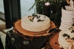 Tonkas pupiņas- karameļu kūka Mandeļu pralinē kraukšķis ar rūgto šokoladi, grauzdētiem lazdu riekstiem, žāvētām kakao pupiņu drumstalāmun trauslām vafelītēm. Piena šokolādes un kafijas pildījums ar medu. Mājas karameles kārtiņa Gaisīgs baltās šokolādes- tonkas pupiņas muss. Ar baltu spoguļglazūru