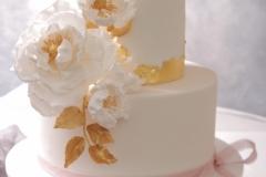 Kāzu torte ar cukura ziediem un zeltu