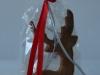 Egles rotājumi - piparkūku un dekoratīvs Ziemassvētku briedis dāvanu maisiņā.