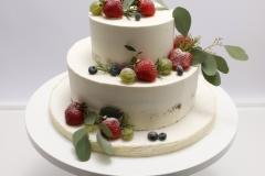 Kailā kāzu torte ar ogām. Biskvīta kūka ar vārīto krēmu un avenēm.