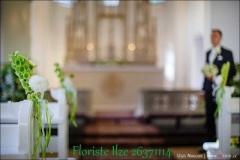 Baznīcas solu dekori no ziediem - balts, gaiši zaļš. Bulduru baznīca