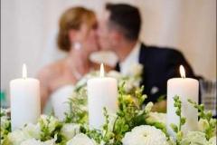 Kāzu romantika - balts, gaiši zaļš (apple green), galda dekors ar svecēm, svečturis kāzām