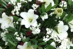 Baznīcas dekors no baltām lilijām