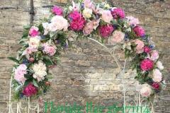 Rozā ziedu arka kāzām