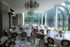 Kāzu dekori no ziediem uz jaunlaulāto un viesu galdiem