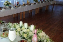 Svinību telpas noformējums. Baltas rozes un peonijas. Villa Anna