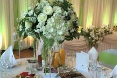 Augstā ziedu kompozīcija martini glāzē. Kāzas Bellevue Park Hotel Riga