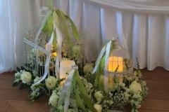 Romantisks kāzu noformējums - balti ziedi, putnu būrīši, sveču gaisma. Kāzas Bellevue Park Hotel Riga